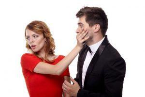 男性の顔を押さえる女性