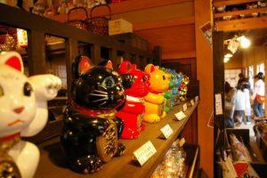 陳列された色とりどりの招き猫