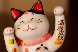両手を挙げた招き猫