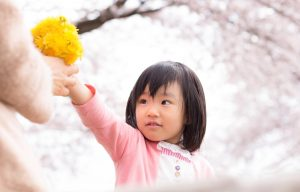 花を渡す女の子