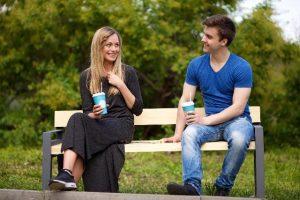 ベンチに座る男性と女性