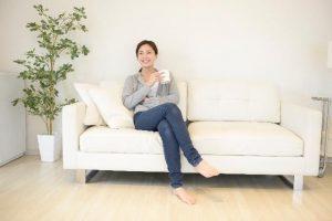 足を組んでいる女性4