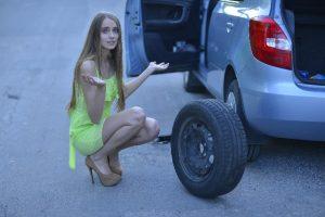 タイヤと女性