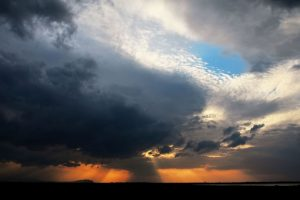 黒い雲と白い雲