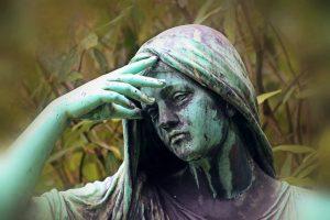 顔に手をあてる銅像