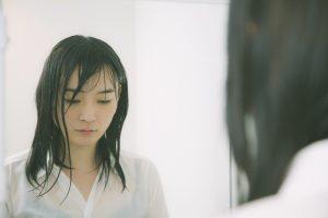 濡れ髪の女性