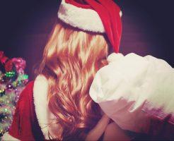 サンタクロース姿の女性