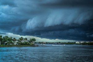 台風の時の空