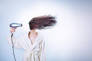 強風と女性