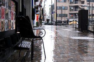 雨の町並み