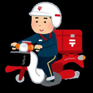 バイクで郵便配達する男